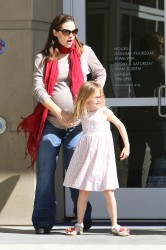 Дженнифер Гарнэр, фото 8437. Jennifer Garner takes her daughters to a public library, Santa Monica, february 23, foto 8437