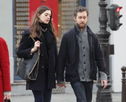 Энн Хэтэуэй, фото 5970. Anne Hathaway strolling in Paris, february 29, foto 5970