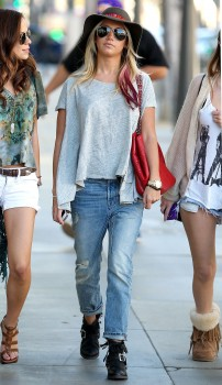 Эшли Тисдэйл, фото 7823. Ashley Tisdale goes out with some friends Santa Monica, march 3, foto 7823
